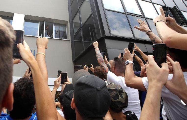 Een massa Inter-fans wachtte hun nieuwbakken aanvaller op aan het medisch centrum waar hij gekeurd werd.