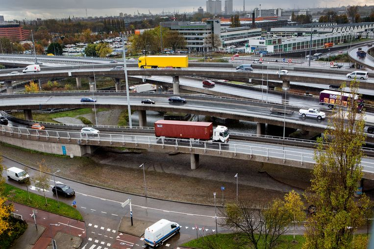 Het kabinet meent dat er door de spoedwet tegen de stikstofimpasse genoeg ruimte wordt gecreëerd voor infrastructuurprojecten, zoals bij verkeersknooppunten.  Beeld Arie Kievit