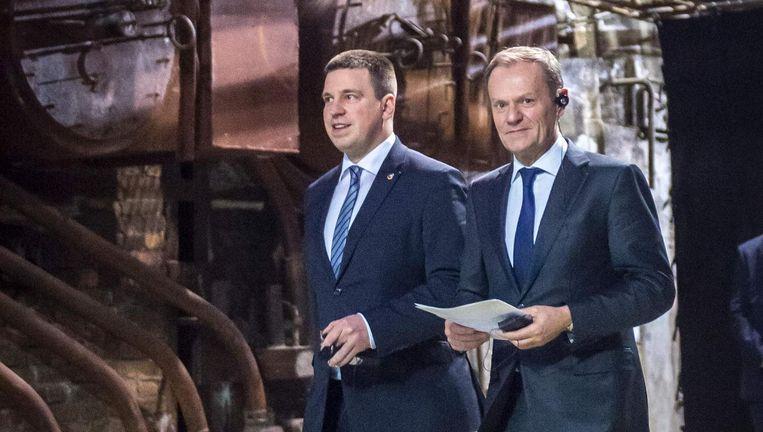 EU-president Tusk (rechts) en de premier van Estland, Juri Ratas, voorafgaand aan een gezamenlijke persconferentie in Tallinn Beeld afp
