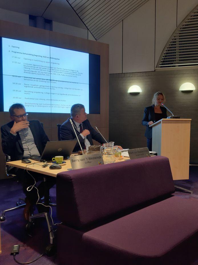 Pernell Criens (PvdA) achter het spreekgestoelte tijdens de gemeenteraad dinsdagavond.