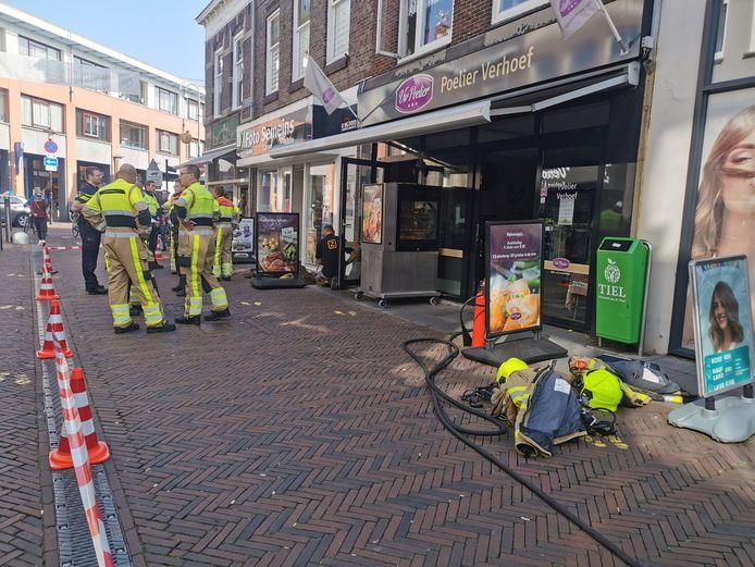 De straat voor Poelier Verhoef aan de Voorstad in Tiel is afgezet in verband met de brand in de meterkast.
