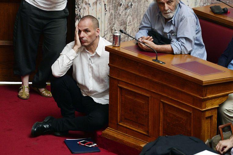 De Griekse minister van Financiën Yanis Varoufakis woonde gisteren al zittend op het tapijt een zitting in het parlement bij.
