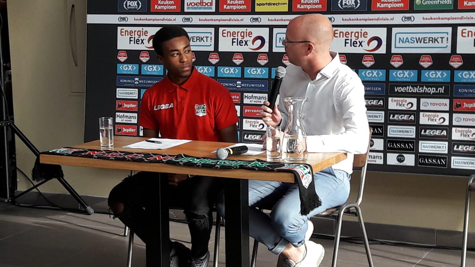 Mike Trésor Ndayishimiye (links) tekent zijn contract onder toeziend oog van technisch directeur Remco Oversier.