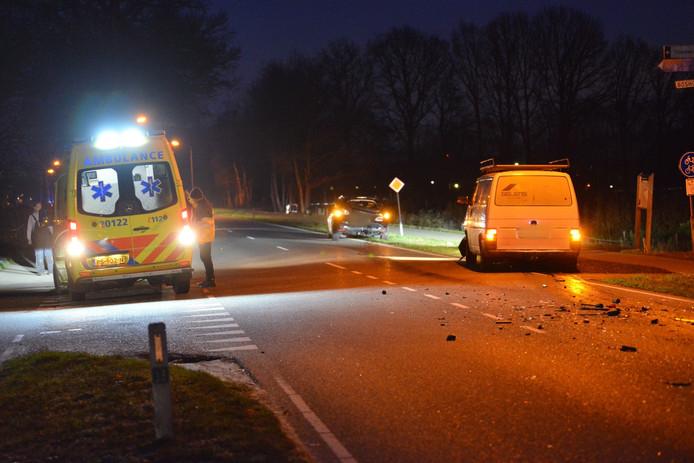 Op de kruising Ettenseweg met de Hellegatweg zijn drie auto's met elkaar in botsing gekomen.