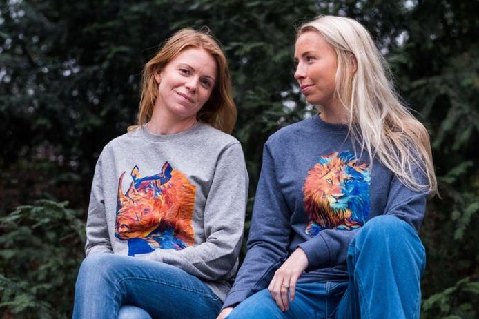 Anneleen en Charlotte in hun eigen truien.