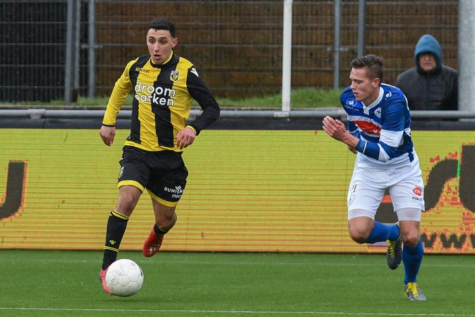 Hicham Acheffay van Jong Vitesse en Jasper Beekhuis van SV Spakenburg (l-r) op archiefbeeld.