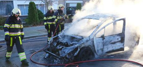 Autobrand in Oss, voertuig total loss