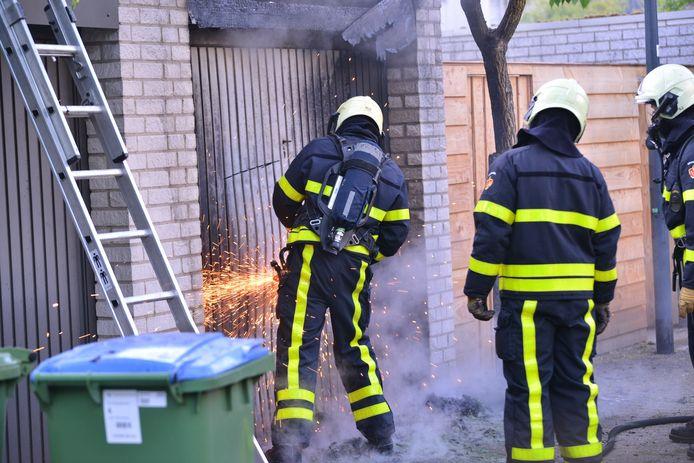 Brand bij garagebox op een binnenterrein achter de Baronielaan en de Schönbergstraat in Breda.