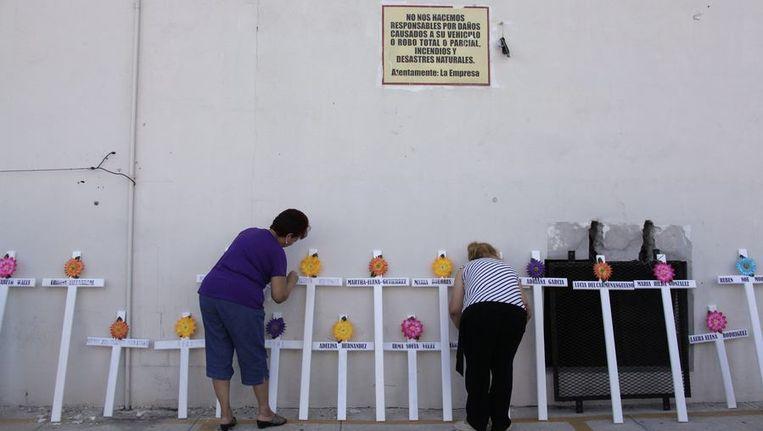 Nabestaanden herdenken de slachtoffers van een inval op een drugskartel. Beeld reuters