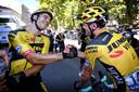 Wout Van Aert (l) wordt gefeliciteerd door Tom Doumoulin na zijn tweede ritzege in de Tour.