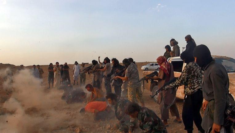 Een foto die vrijgegeven is door het mediacentrum van IS in Raqqa. Daarop zou te zien zijn hoe jihadisten Syrische militairen doodschieten. Beeld AP