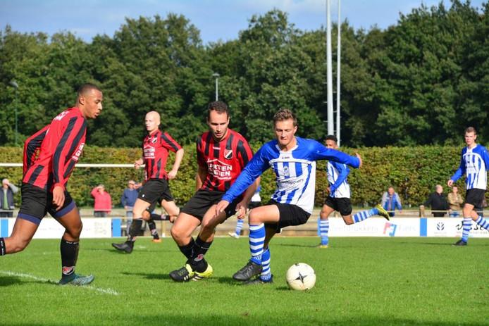 Bart de Jong van Bladella controleert de bal, met achter zich verdediger Joost van Kasteren van Braakhuizen.