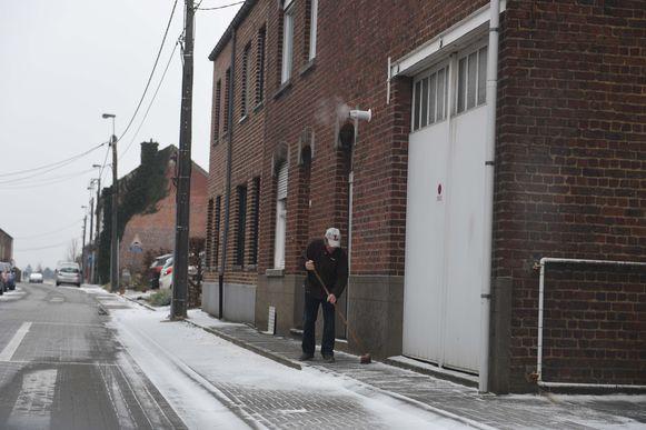 Ook in Meerbeek moesten de bewoners aan de slag om de stoep sneeuwvrij te maken.