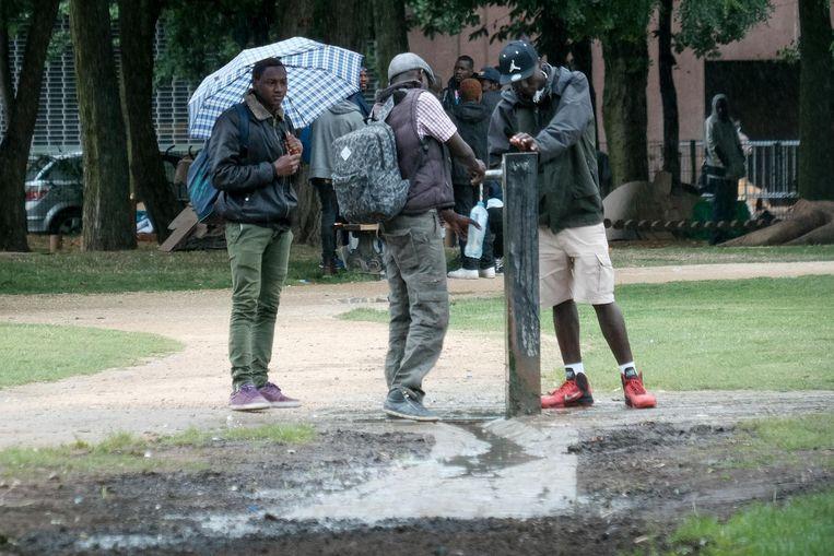 Migranten in het Maximiliaanpark.