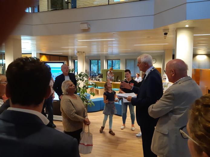 Bea van Spijk biedt de ruim 2.300 handtekeningen aan waarnemend burgemeester Roel Augusteijn aan.
