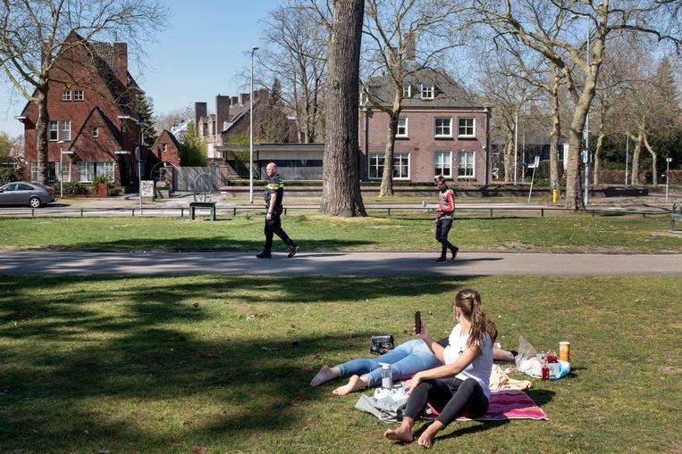 Zo druk als de wijkagent het dit weekend had, zo rustig is het nu in dit Eindhovense park.  Beeld Merlin Daleman