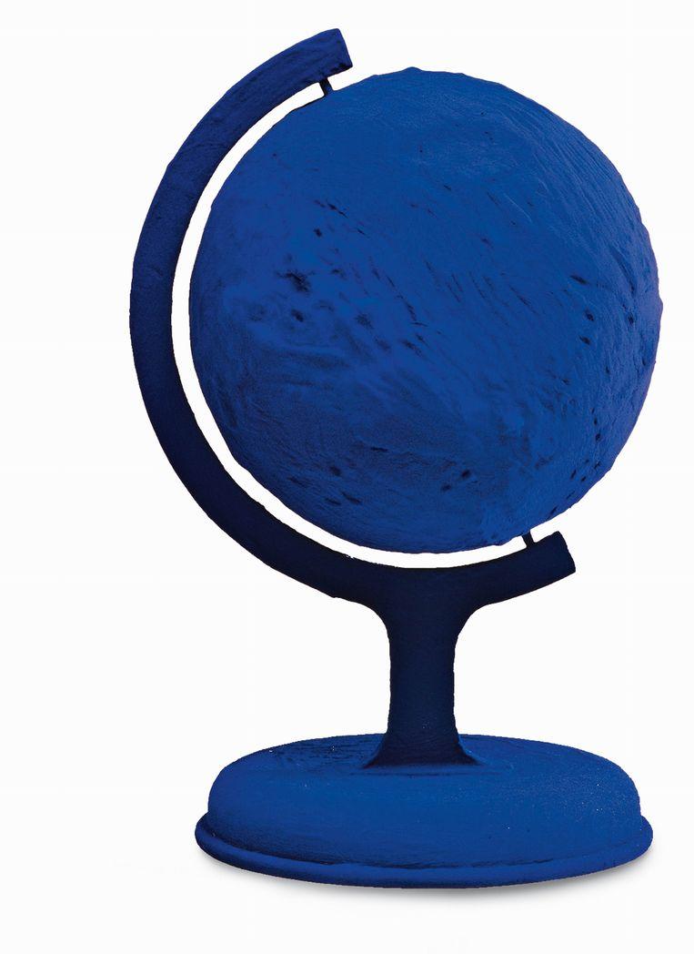 De blauwgeverfde wereldbol van Yves Klein, uiteraard in International Klein Blue. Beeld Hollandse Hoogte / Polaris Images