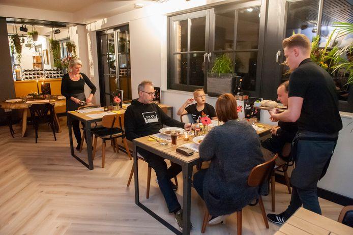 December 2019. De eerste gasten schuiven aan bij Gewoon Sientje.