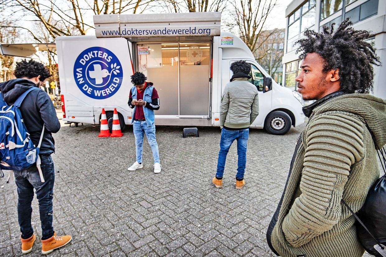 Dokters van de Wereld rijdt met bussen naar adressen waar veel daklozen en asielzoekers verblijven. Beeld Guus Dubbelman / de Volkskrant