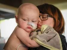 Baby Liyo (1) verliest strijd tegen  tumor in zijn buikje