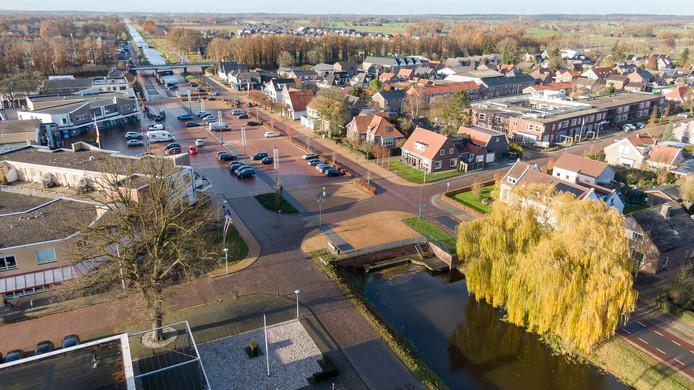 De JOP in Lemelerveld zou aan deze kant van het Kroonplein komen, bij de opgelichte gele bestrating. Omwonenden zagen dat echter niet zitten, waarna wethouder Jan Uitslag nu een nieuwe plek op het plein wil zoeken.