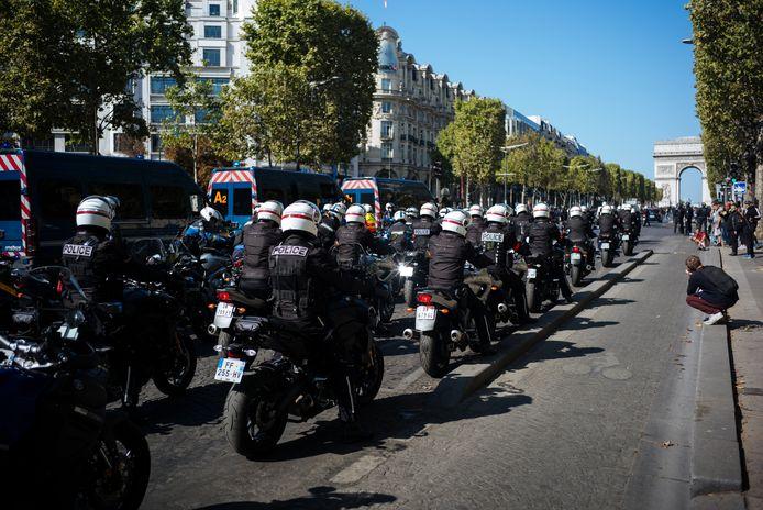 De motorbrigade van de Parijse politie staat klaar om in te grijpen.