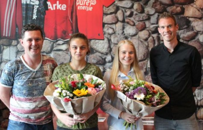 Trainers Roy Elferink (links) en Tommy Stroot met de regionale talenten Anne Bhagerath (tweede van links) en Lois Niënhuis.