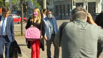 Met een kattenbox in felroze komt Selina Ali aan: baasje van katje Lee maakt statement bij rechtbank