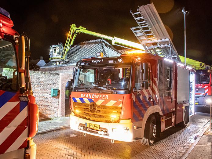 De brandweer van Vianen onderzoekt de loorzaak van een brand in de Kerkstraat vanuit een hoogwerker.