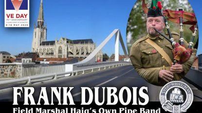 Frank Dubois speelt twee nummers op doedelzak om de einde Tweede Wereldoorlog te herdenken
