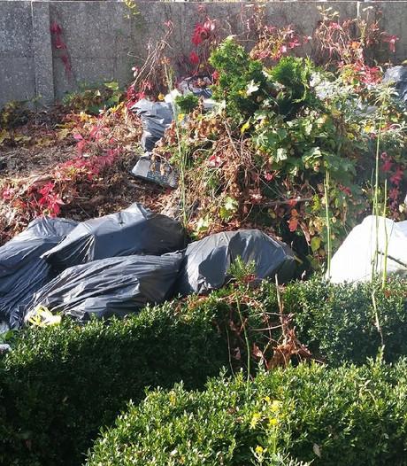 Vuilniszakken in achtertuin Westrand zorgen voor stank en ongedierte: 370 euro boete