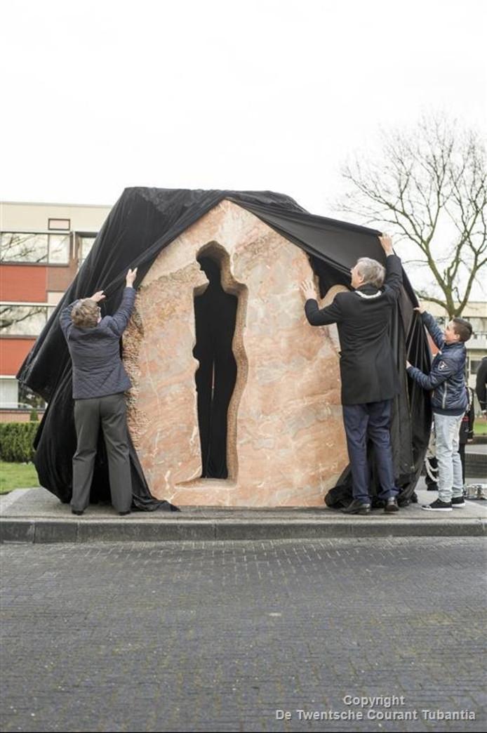De onthulling van het nieuwe oorlogsmonument in Vriezenveen door, vlrn Dinie Winkel van het 4 mei comité, burgemeester Cornelis Visser en Nils Fokke, leerling van groep 8 van de Rehoboth school (de klas die dit jaar het monument adopteert.