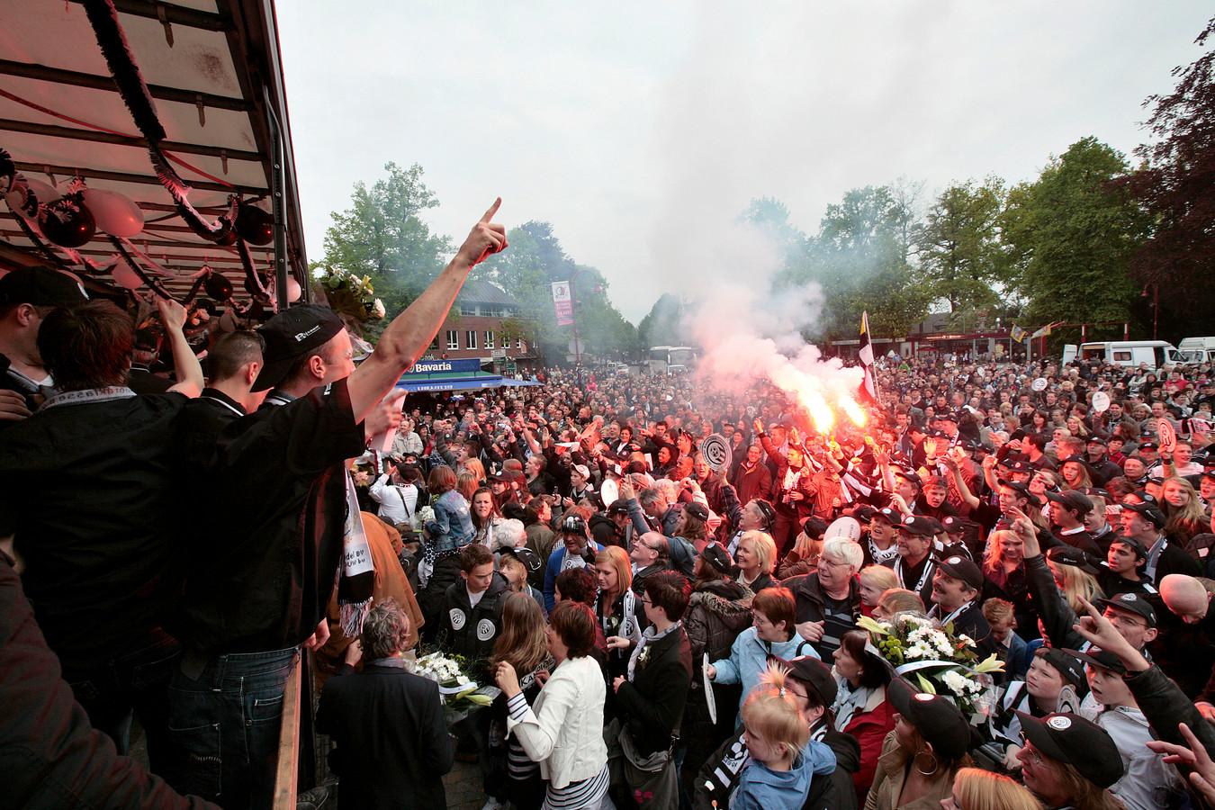 Fans en spelers van Gemert vieren in april 2012 op het Ridderplein in Gemert het kampioenschap in de hoofdklasse B. (archieffoto)
