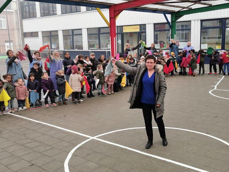 Basisschool De Wonderwijzer in Drogenbos wuifde op indrukwekkende wijze Juf Sonia Maes (64) uit.