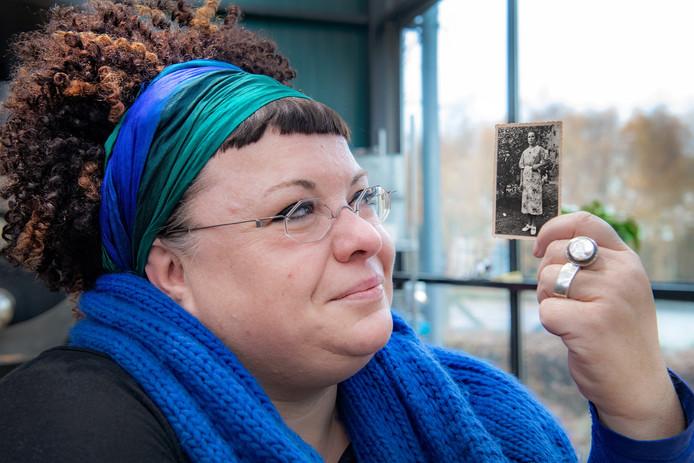Claudia Venhorst met de foto die haar dierbaar is.