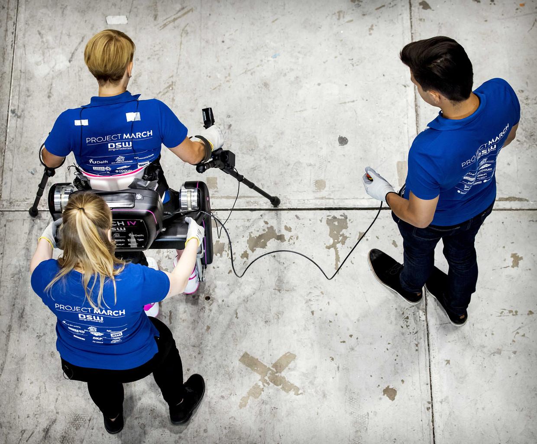 Studenten uit Delft en hun piloot trainen met het exoskelet.