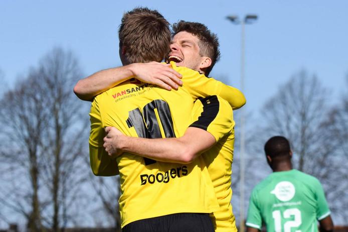 Brian Boogers en Mart van de Gevel (rechts) vieren de 1-0 van UNA tegen Westlandia.