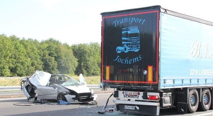 Bij een van de ongelukken op de A1 raakte een auto zwaar beschadigd, de bestuurder raakte gewond.