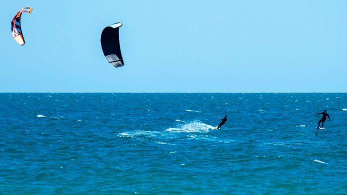 Kitesurfers in Ladispoli, 40 kilometer ten westen van Rome.