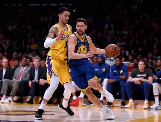 Klay Thompson in duel met Kyle Kuzma van LA Lakers (links).