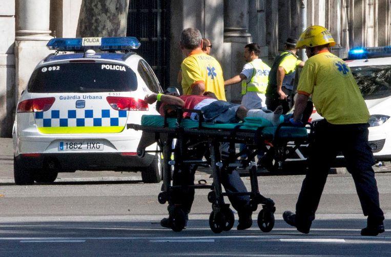 Hulpdiensten verzorgen gewonden op de Ramblas. Beeld epa