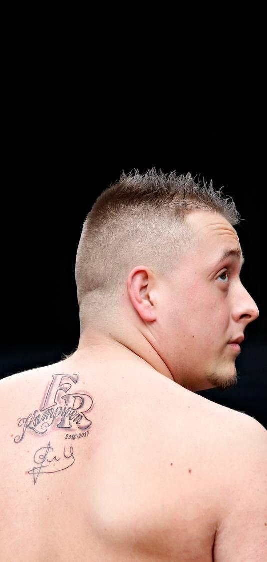 Rowan Borsten (21) liet een kampioenstattoo zetten op zijn rug.