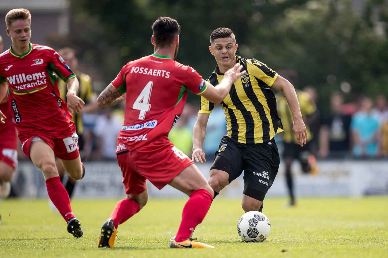 Mathias Bossaerts (4) oefent met KV Oostende tegen Vitesse.