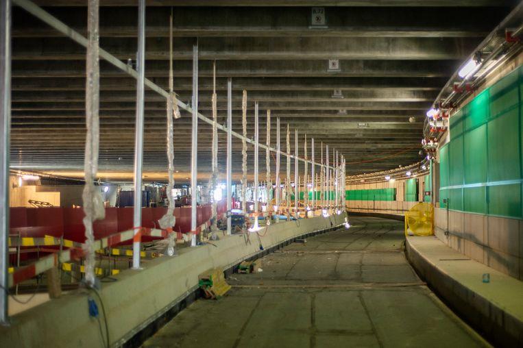 De stalen constructie laat de rijweg zweven zodat er onder de weg open ruimte is.