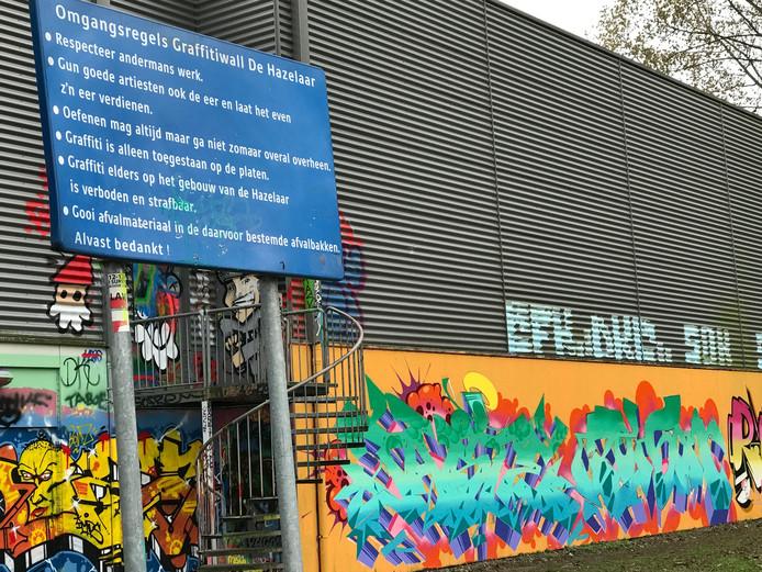 Achter de sporthal is een speciale muur waar graffitispuiters hun gang kunnen gaan.