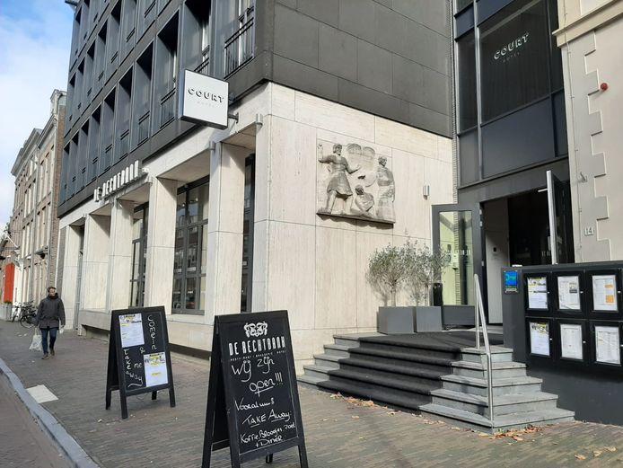 Het Court Hotel en restaurant De Rechtbank zitten samen in één gebouw aan de Korte Nieuwstraat