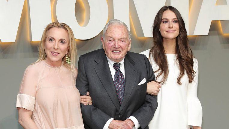 David Rockefeller, geflankeerd door Susan en Ariana Rockefeller, bij het Museum of Modern Art in New York, juni 2016. Hij overleed in maart 2017. Beeld getty