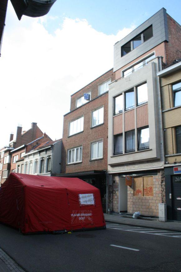 De hulpdiensten kwamen ter plaatse en dekten het lichaam af met een tent. De man sprong vanop de vierde verdieping uit het raam.