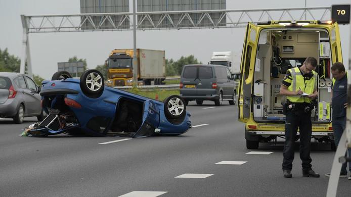 Auto over de kop bij ongeluk op A16 bij Moerdijk