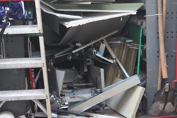 De automaat werd volledig door de explosie vernield.